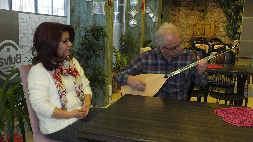 Kadın muhtar adayına eşinden 'seçim şarkısı' sürprizi
